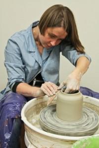Ровняем глиняный кувшин